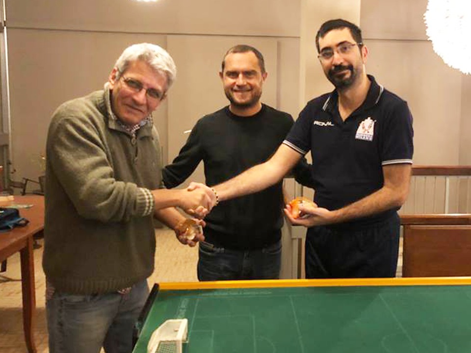 Torre premiato per la partecipazione al torneo assieme a Marco Lepri dal presidente del club stradivari Davide Guerreschi