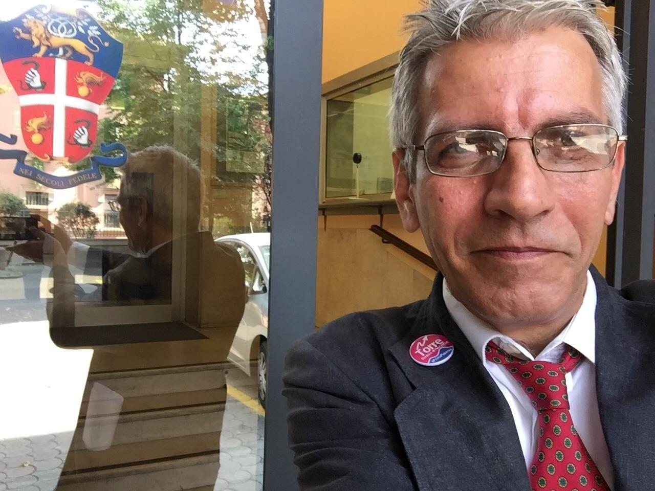 gioco di riflessi in un selfie di Torre davanti alla caserma dei Carabinieri
