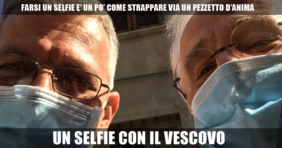 Un selfie con il vescovo Gianni Ambrosio